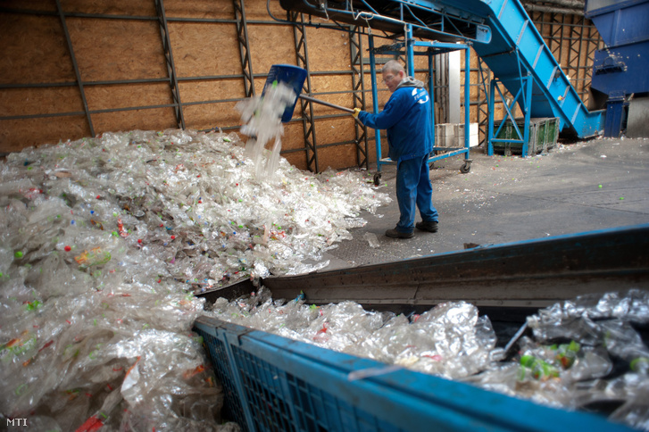 PET-palackok feldolgozása egy budapesti szelektív hulladék feldolgozó üzemben