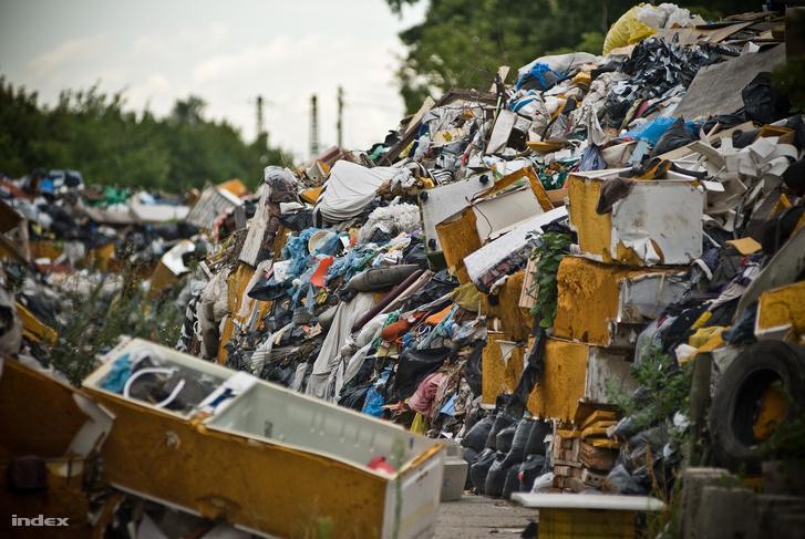 Elhasznált háztartási hulladékok egy zuglói szeméttelepen.