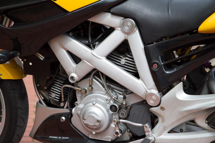 Powered by Ducati - a hasonló blokkal szerelt 900 SS fele ennyibe került