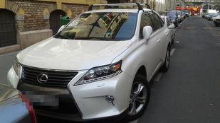 A tahó parkolás iskolapéldáját produkálta ennek a Lexusnak a vezetője a Markó utcában