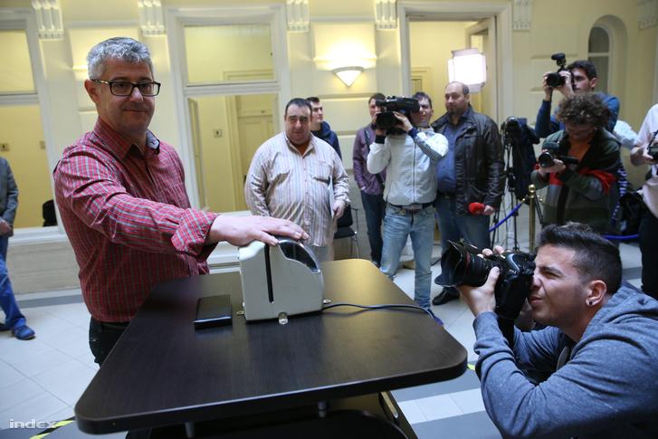 Nyakó István a Nemzeti Választási Iroda időbélyegzőjénél szerda reggel