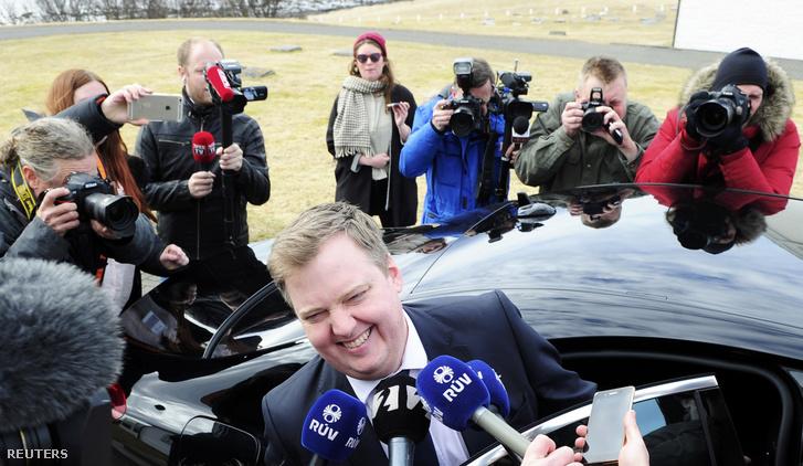 Újságírók veszik körül Sigmundur David Gunnlaugssont a botrány kitörése után.