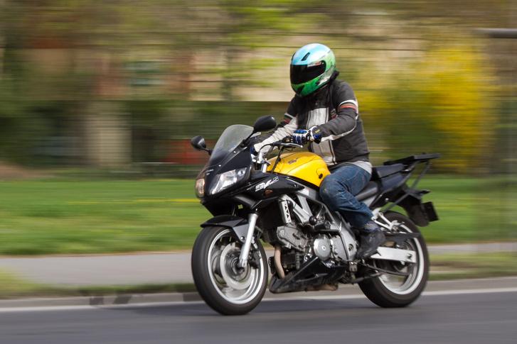 Az SV650 jól vezethető, nem jelent kihívást még kezdő motorosoknak sem