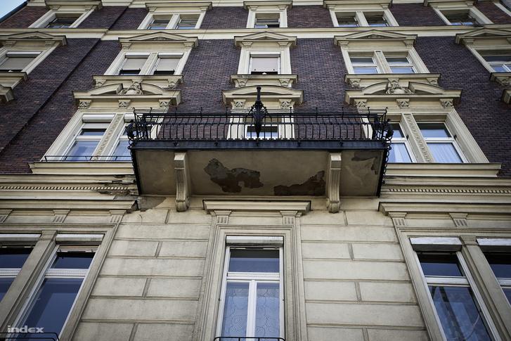 A Ferenc körút 5. A korabeli bérházakban az egyetlen erkélyes lakás jellemzően az egykori háztulajdonos nagypolgári lakásához tartozott.