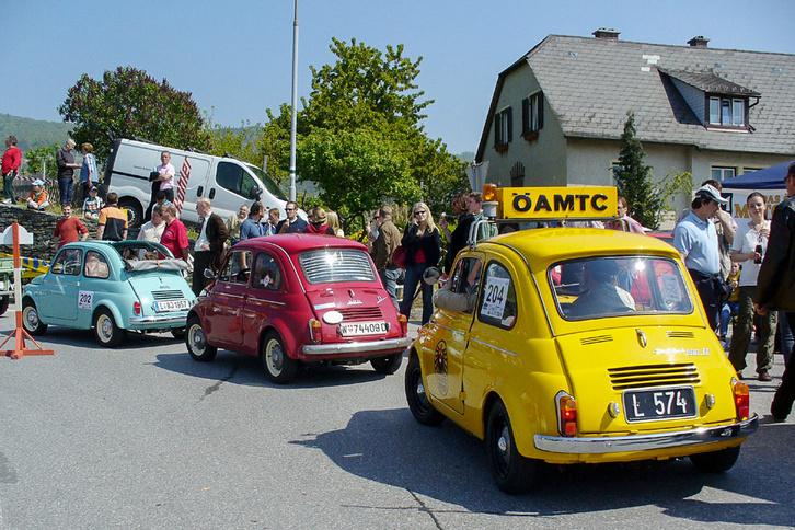 Előtérben két kontyos-Puch, az a verzió, amilyen a Fiatnak sose volt, nagyobb hátsó fejtérrel