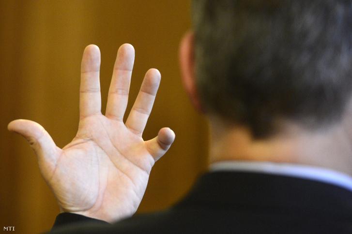 Hiszékeny Dezsõ vádlott az MSZP parlamenti képviselõje sérült kezére hivatkozva védekezik vezetõ beosztású személy által elkövetett hivatali vesztegetés elfogadásának bûntette miatti büntetõperén a Fõvárosi Törvényszék Markó utcai épületében 2015. április 8-án.