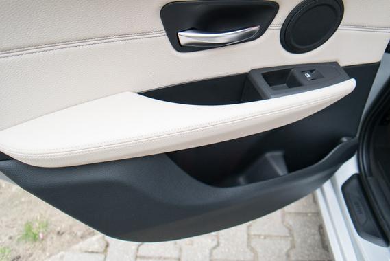 Az ajtózsebek praktikusabbak bármely BMW-éhez képest: ide befér egy literes étolaj és egy literes palackos tej is