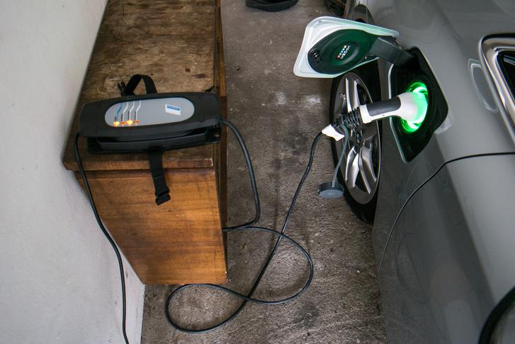 A töltés intenzitása állítható, hogy egy villany felkapcsolása is lehetséges maradjon. Amúgy gyorsan megy, hisz kicsi, 5,8 kWh-s az akku
