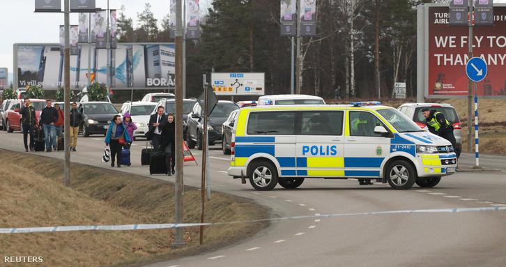 Svéd rendőrök biztosítják Göteborg repterét, miután gyanús csomagot találtak 2016. március 31-én.