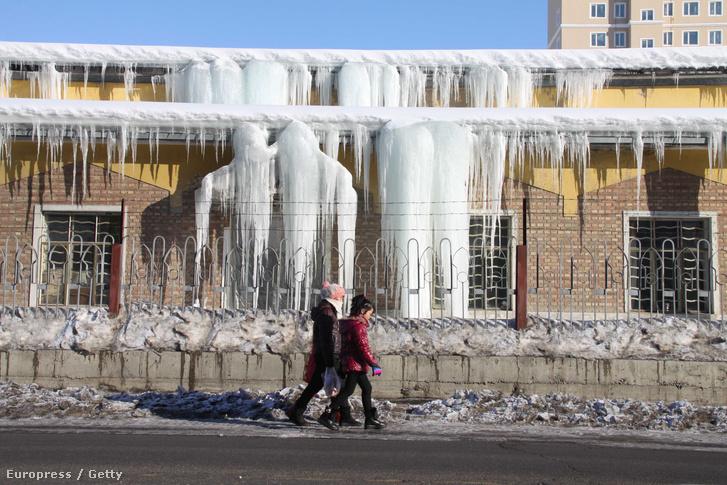 Megolvadt jégcsapok a kínai Altaj városában. Az El Nino miatt szélsőségesen meleg telük van az ott élőknek.