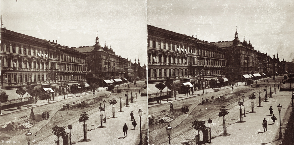 """Szemétdombok, alacsony, ronda házikók, pálinkamérő bódék s bűzlő lebújok helyett – melyekbe nem volt tanácsos betévedni a testi és erkölcsi ragálytól őrizkedő embernek – egyszerre tornyok emelkedtek mindenütt. """"Lehetne-e találóbb elnevezést adni az új Budapestnek – kérdezte Fittler Kamill, a kortárs építészeti szakíró – mint […] a toronyváros-t, midőn alig van palota, alig van ház, amelynek vagy sarok – vagy tetőképződése ne egy-egy toronnyá alakulva iparkodnék a fellegekbe ? Prága, Nürnberg, Konstantinápoly – eme par excellence tornyos városok – ma-holnap le lesznek főzve, s ha ez így megy tovább, az első helyet elvitázhatatlanul Magyarország fővárosa fogja elfoglalni  – legalább szám tekintetében. Hogy érdemlegesen-e, az már más kérdés! A csúcsok számát csak stílusaik különfélesége közelíti meg, vagy szárnyalja túl, mert nem ritkaság, hogy egy és ugyanazon objektum alul a német, fölül a francia reneszánszban legyen kiképezve, teteje pedig valami mór hagymakupola félével koronázva."""""""