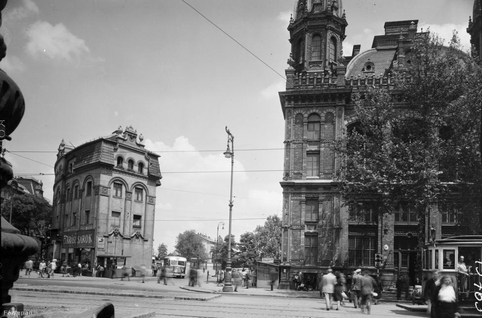 """Állt itt egy másik épület is a Nyugati pályaudvar mellett, amely ma már nem látható, de ezért nem a budapesti varázsló felel: a Westend-házat a hetvenes években takarították el a körútról. A húszas években szálló működött benne: """"a féregmentes szobákban állandóan melegvíz és központi fűtés áll rendelkezésre, fürdők, személyfelvonó, figyelmes kiszolgálás és méltányos árak"""" – hirdették a lapok. Később a környékbeli rosszlányok és átutazó vendégeik törzshelye lett. A cukrászdában pedig biztosan a sarokház volt a kedvenc."""