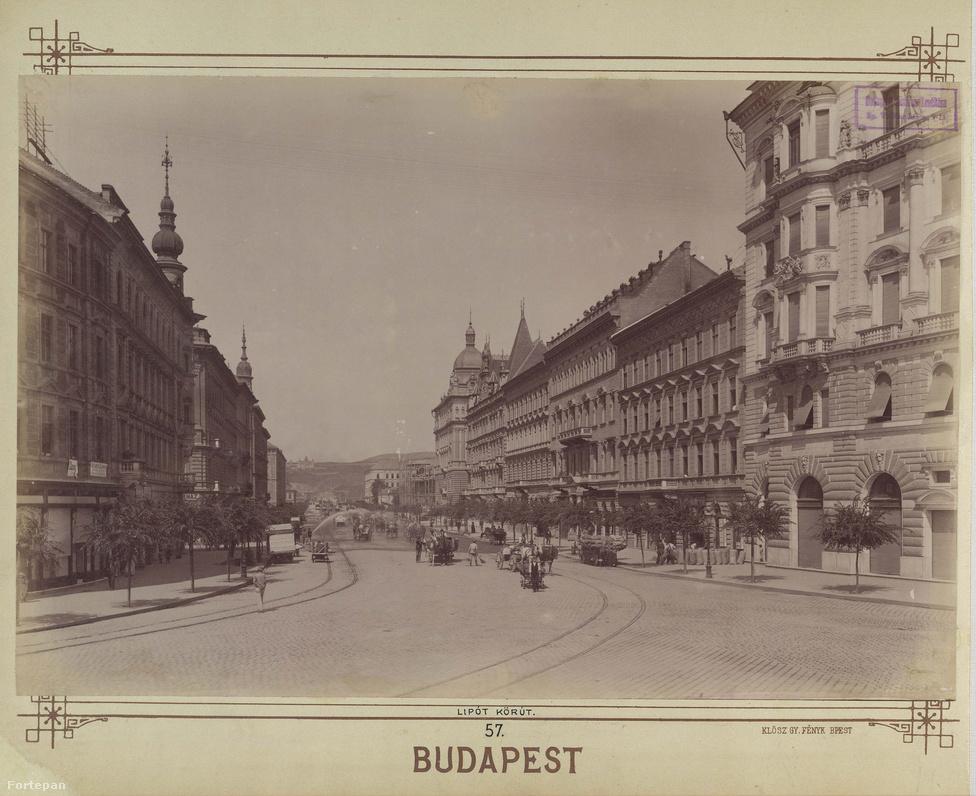 A Lipót (ma Szent István) körút 1895-ben. A három-, négyemeletes házak, a tornyok, a tető- és épületdíszek büszkén hirdetik, hogy ahol néhány évtizeddel korábban még zegzugos, görbe utcák labirintusa volt, ott párizsi mintára, nagyvárosi boulevard születik. Az állványzat mögött most épül a Vígszínház, bizonyára oda igyekeznek a megrakott szekerek.