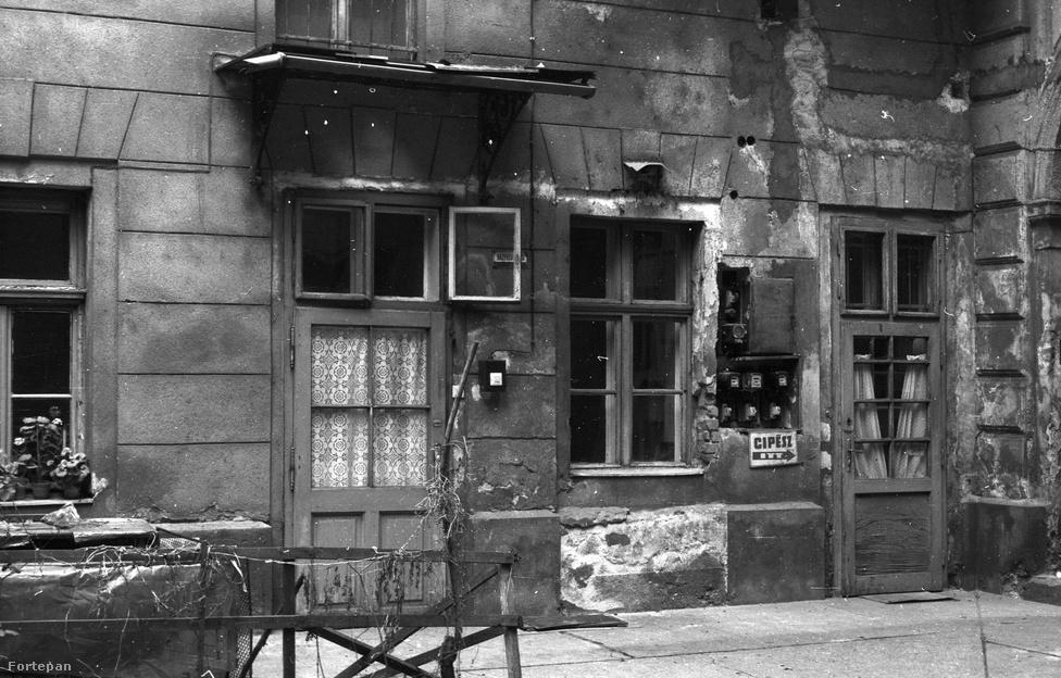 """A legtöbb bérház földszintjét a körút felől üzletek, kávéházak és azok raktárai foglalták el. A """"bolttalan"""" városi úri lak az előkelőség netovábbja volt. A bérházak kapui napközben nyitva voltak, s a bejáratnál tábla hirdette, hogy házalás, koldulás és kintornázás szigorúan tilos. A földszinten, az udvar sötét zugában volt a házfelügyelő úr lakása. Neki kellett gondoskodnia róla, hogy a bérház kapuja télen esti 9 órától reggeli 6 óráig, nyáron pedig esti 10 órától reggeli 5 óráig zárva legyen, a duhajoktól pedig őt illette az 5-10 krajcáros kapupénzt. A körúti bérházak közöl nem egy még az 1890-es években is úgy épült, hogy a földszintre kocsiszínt, istállót, nyeregkamrát rajzolt a tervező. A lótartás tehát sokáig nem szorult ki a Belvárosból, de azért a tehéntartásról és disznótorokról az 1840-es évek óta sikerült leszokni a pesti polgároknak. Világvárosiasodás ide vagy oda, a Nagykörút sok házában nem volt fürdőszoba, vécé – csak közös, a folyosó végén. Vagy csak az utcai lakásokban. A mosást a közös mosókonyhán végezték, beosztották, hogy mikor melyik lakásban szolgáló cseléd használhatta.Utóbbiak, illetve postások, küldöncök, hordárok, bolti szolgák csakis a melléklépcsőt használhatták. A hierarchia másba is megmutatkozott, az utcai lakók tekintélyesebbek voltak az udvari lakóknál, az első emeletiek a második emeletieknél és így tovább."""