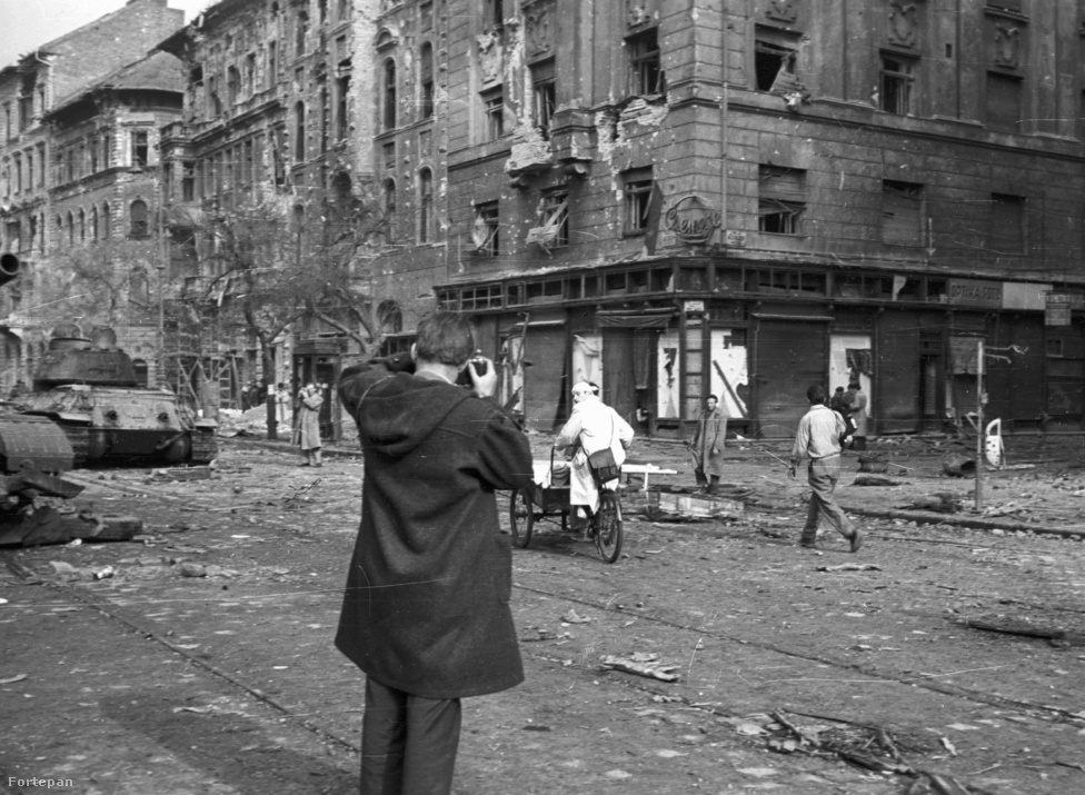 1956-os életkép ugyanott. A forradalom egyik gócpontja a József körút volt, több épület elpusztult.