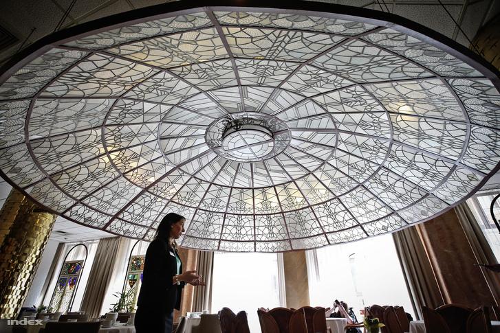 A Teréz körút 43. alatti Radisson Blu Béke Hotelben található, mai Zsolnay cukrászda szintje fölötti teremben a pazar kupola egykor a bálterem mennyezetét fedte. A nyitható mechanizmusú szerkezetet derűs nyári éjjeleken megnyitották, hogy a táncoló párok a csillagos ég alatt bújhassanak.