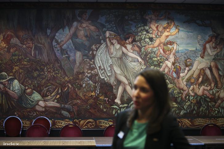 A Béke-Radisson szálloda Shakespeare terme a Haranghy Jenő festette táblafreskóval.