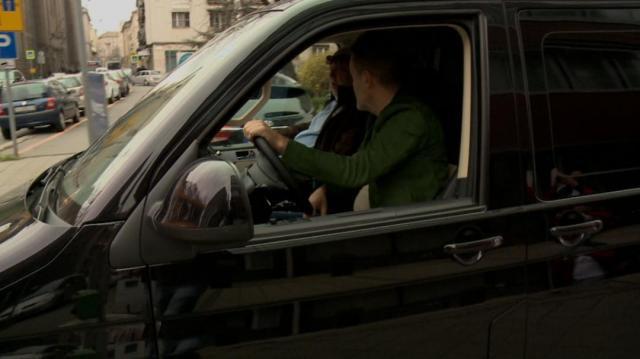 Habony Árpád és Andy Vajna egy fekete kisbuszban, az RTL Klub felvételén