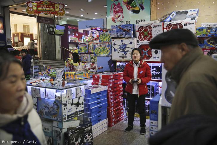 Drónokat árul egy utcai árus Pekingben