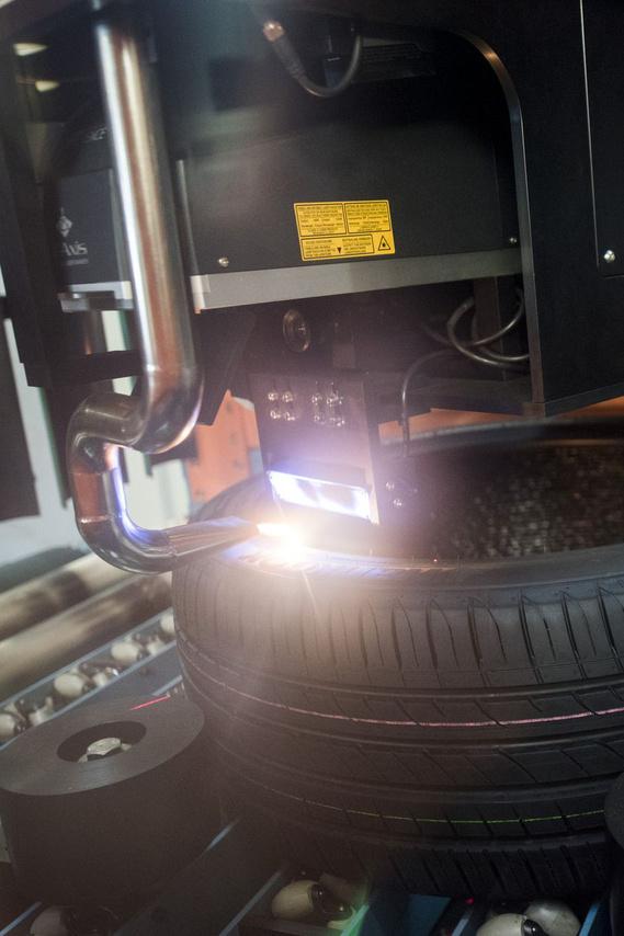 A lézer valószínűleg az infravörös tartományban dolgozik, ami fénylik, az a láng, amit okoz