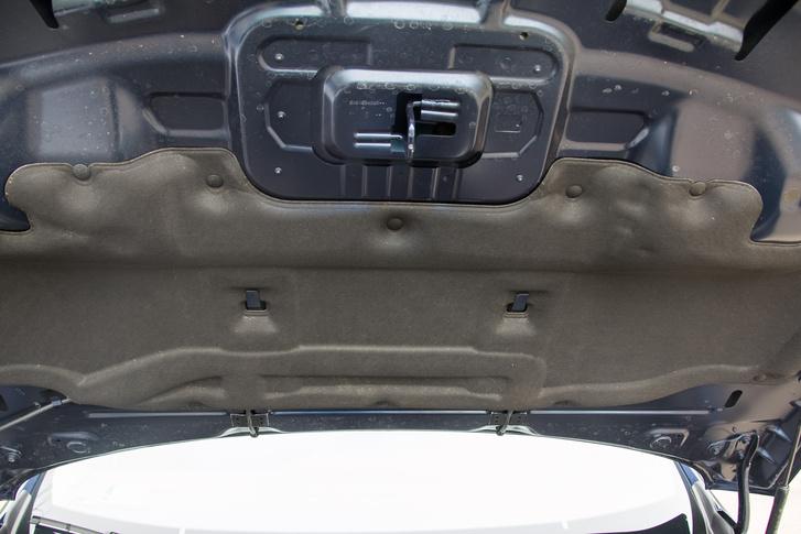 A Renault négyhengerese eleve csendesebb, de a zajszigetelésnek köszönhetően még annyi hangja sincs odabent