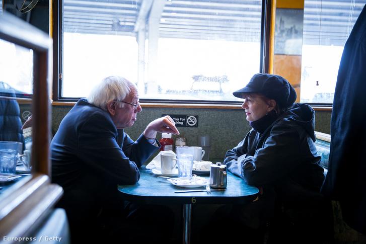 Bernie Sanders együtt ebédel Susan Sarandon színésszel a New York-i kampányelőadása szünetében
