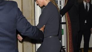 Jennifer Lopeznek se megy a magassarkúban lépcsőzés