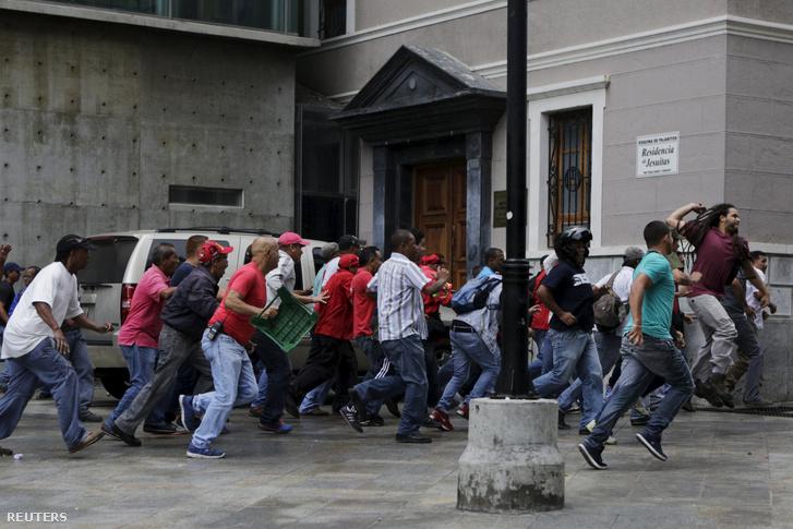 Maduro támogatói csaptak össze az utcán kormányellenes tüntetőkkel április 7-én