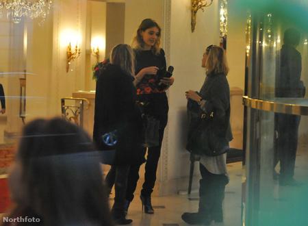 Natalia Vodianova az Olsen ikrekkel társalog