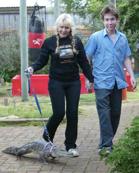 Vicki Lowing krokodiljával és fiával sétál