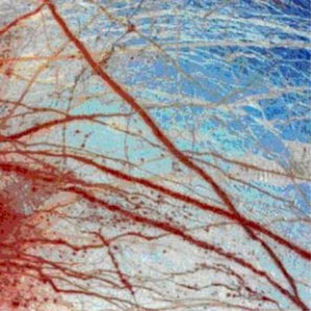 A Galileo-szonda hamisszínes felvételén jól látszanak a repedések, melyeken át friss anyag áramlik az Europa felszínére (NASA/JPL/University of Arizona)