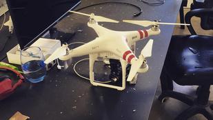 A nap videója: ablakát betörve vágta kupán egy drón