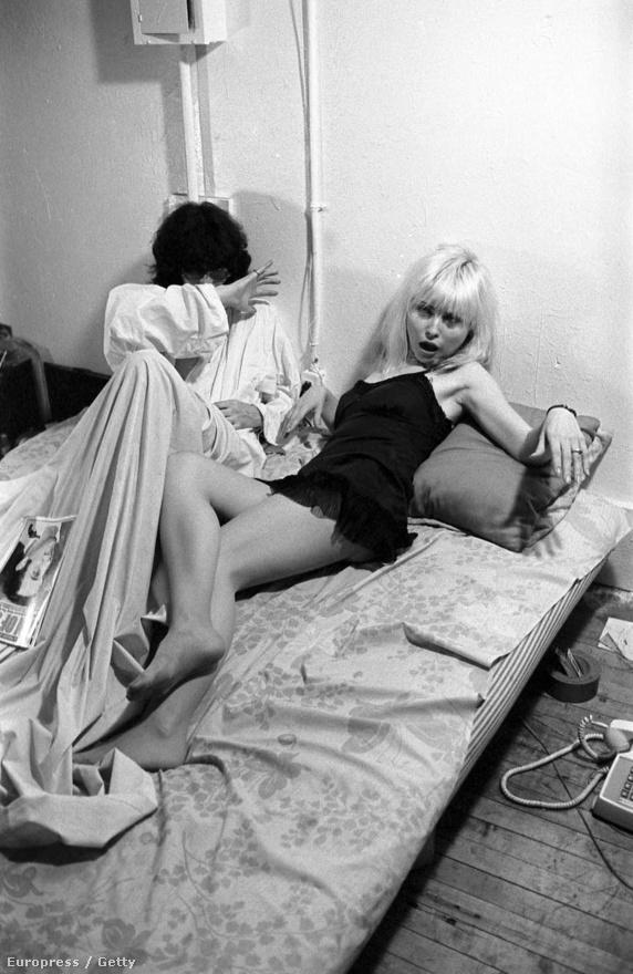 A New York-i punkszíntér nagyjából ugyanazt a 2-3 klubot jelentette, így az ekkoriban felfutó előadók általában mind ismerték egymást. Ezen a képen például Debbie Harry látható Joey Ramone mellett a Blondie-ból. A fotót Roberta Bayley készítette az egész műfajt meghatározó Punk Magazine-nak. Az újságban rendszeresen voltak fotós képregények, ez a sorozat például a Mutant Monster Beach Party nevű részhez készült, amiben Joeyt elrabolják a földönkívüliek szerelme, Debbie Harry mellől.