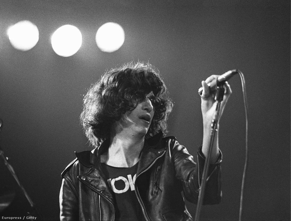 Az első nagylemeze előtt már viszonylag aktív zenekarnak számított a Ramones, és rendszeresen koncerteztek azóta olyan kultikus számító klubokban, mint a Max's Kansas City vagy a CGBG. Épp az utóbbi helyen koncerteztek, és a közönségben ott volt Lisa Robinson zenei újságíró, aki először cikkezni kezdett a Ramonesról. Később Joey, a zenekar énekese nyilatkozta, hogy a koncert után Robinson odament hozzá és elmondta, hogy megváltoztatták az életét.