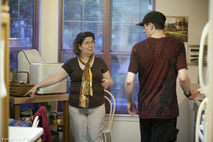 Daniel és édesanyja a konyhában.