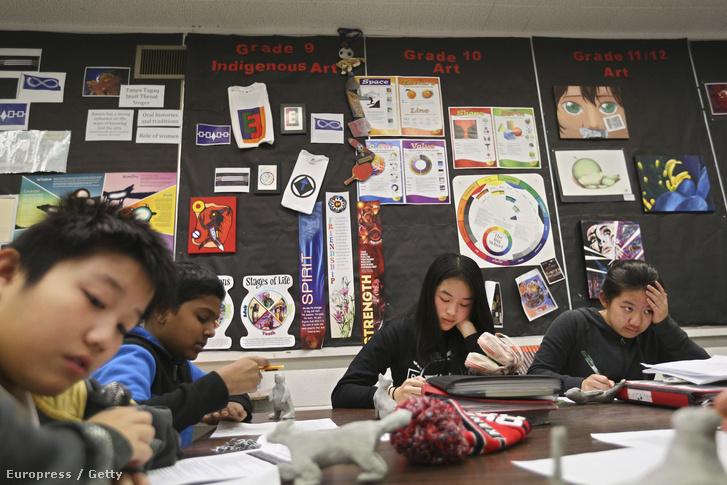 Őslakosok leszármazottaik tanulnak egy kanadai iskolában.