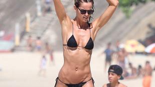 A Victoria's Secret modell a lehető legapróbb bikiniben adja elő