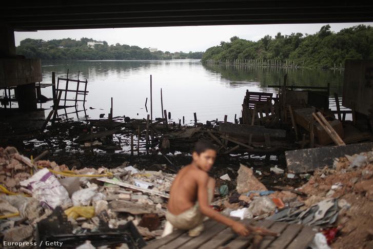 A Guanabara öbölben rendezik majd a vitorlás számokat, az öbölbe torkolló folyók viszont rengeteg szemetet szállítanak, így ezeket mesterséges gátakkal próbálják lezárni, hogy útját állják a szennyeződésnek.