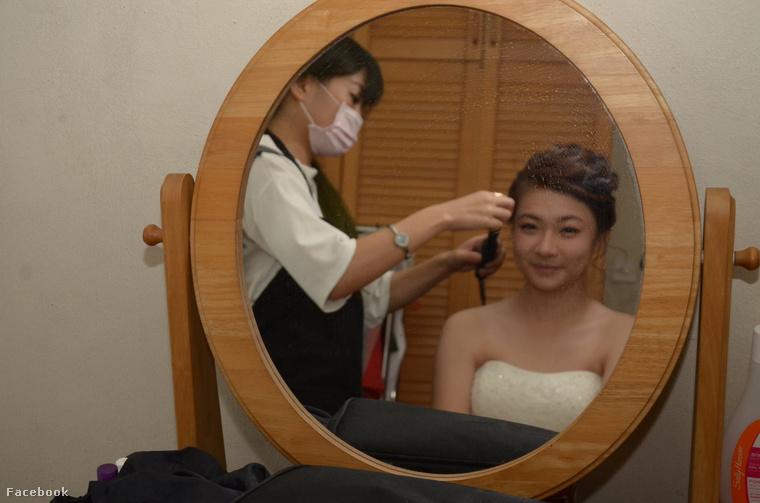 Itt meg még a menyasszony készülődik. Kár, hogy a fényképezőgép a tükrön levő dzsuvára fókuszál a nyilván mérgező gázokat árasztó menyasszony helyett