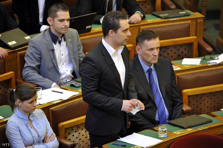 Vona Gábor a Jobbik elnök-frakcióvezetõje felszólal a vasárnapi boltzár eltörlésérõl szóló javaslat vitájában az Országgyûlés plenáris ülésén 2016. április 12-én.