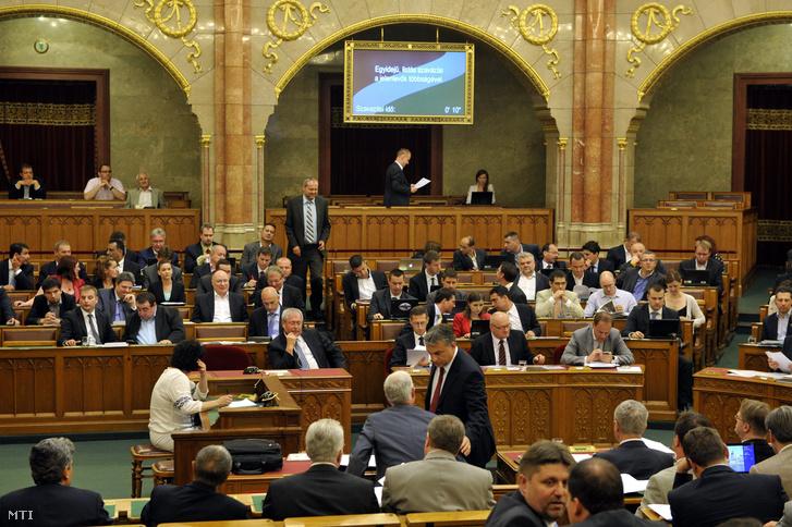Szavaznak a képviselők az Országgyűlés plenáris ülésén 2014. július 4-én