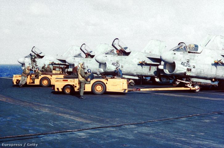 Az amerikai haditengerészet A-7 Corsairs gépei az USS Saratoga-n a Líbia elleni hadművelet előtt 1986-ban.