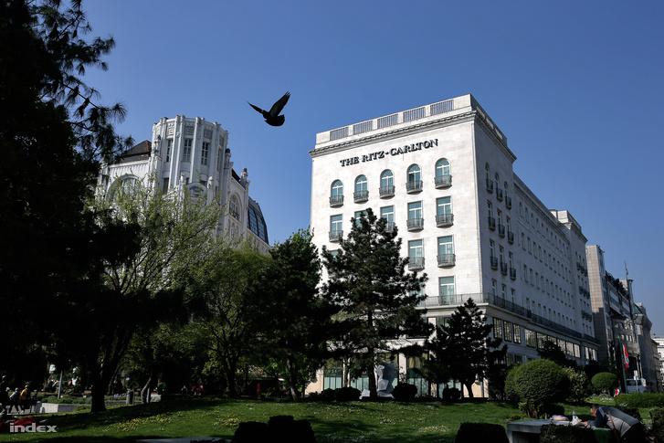 A Ritz-Carlton premodern épülete tökéletes harmóniában a szomszédos szecessziós házzal