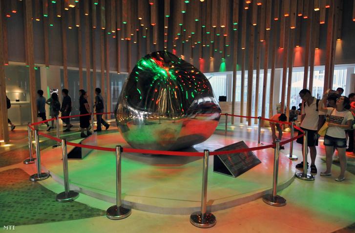 A sanghaji világkiállítás magyar pavilonjának középpontjában a 22 méter magas és 23 méter széles Gömböc a magyar világtalálmány.