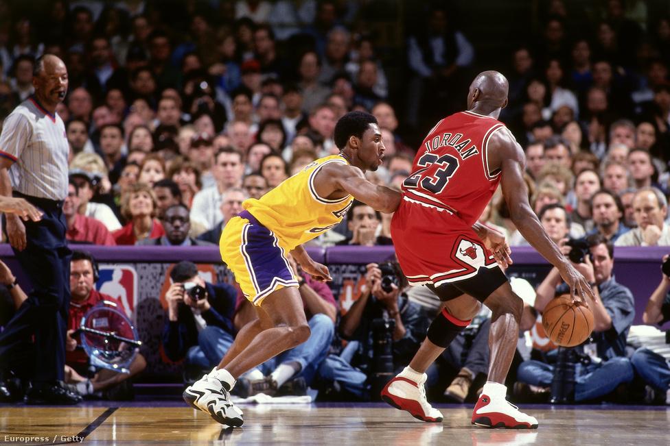 Egy 1998-as Los Angeles Lakers-Chicago Bulls-meccsen Michael Jordan ellen próbál védekezni Bryant. Mindig is Jordan megszállottja volt, fiatal korában rongyosra nézte a Jordan-mozdulatairól összeállított kazettákat. Karrierje elején meg is kapta, hogy csak egy Jordan-utánzat, vagy legalábbis nagyon szeretne az lenni. Kettejük rivalizálása mindig is nagyon sokat jelentett Bryantnek. Amikor először találkoztak, be is ígért egy alapos verést Jordannek arra az esetre, ha egy az egy ellen kellene játszaniuk, egészen pontosan azt mondta, hogy nagyon könnyen szét tudná rúgni Jordan seggét. Azért később megváltozott a viszonyuk, és Jordannel az elsők között közölte vele tavaly novemberben, hogy vissza fog vonulni