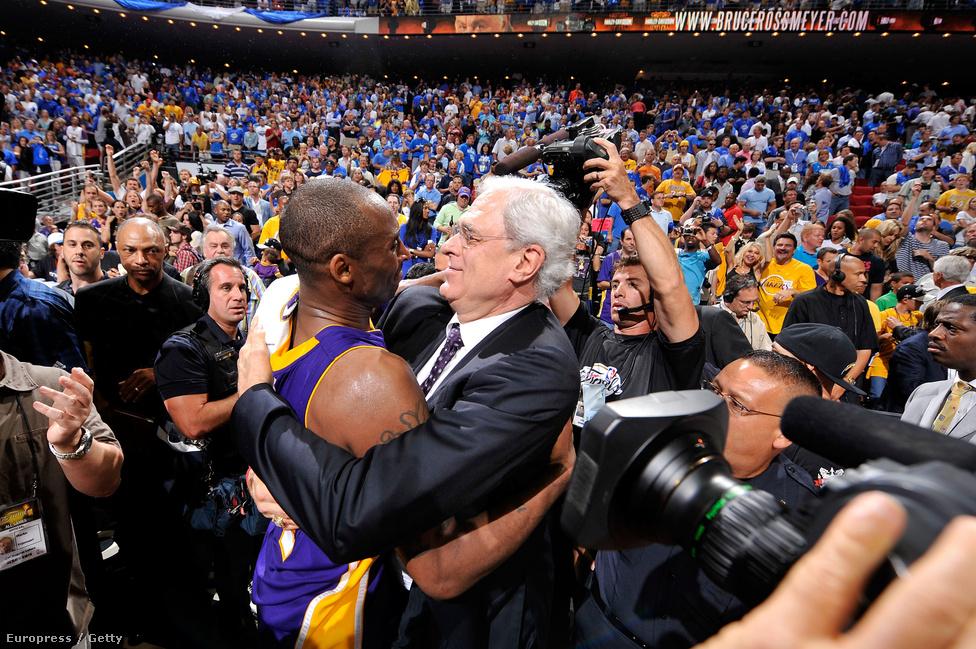 Edzőjével, Phil Jacksonnal együtt ötször lettek bajnokok, a képen a negyedik címet ünneplik: az Orlando Magic ellen nyertek 4-1-re a 2009-ben. Az ő viszonyuk sem volt mindig felhőtlen, Bryant nemi erőszakos esete után Jacksonnak problémát jelentett, hogy normálisan viselkedjen játékosával, mert lánya is szexuális erőszak áldozata lett egyszer. A későbbiekben azért normalizálódott a viszony, Kobe pedig gyakran mondogatta azt edzőjének, hogy a vezetői képességeinek 90 százalékát tőle leste el, meg azt is, hogyan érdemes élni. Azért később Kobe rá is megsértődött kicsit, amikor 2013-ban megjelent Jackson önéletrajzi könyve, ebben Michael Jordant jobb vezérként írta le, mint őt. Bryant twitterén erre annyit írt, hogy ez olyan, mint az almát a naranccsal hasonlítanák össze, és különben is, megnézte volna, Jordan hogyan teljesít, ha Shaqqel kellett volna együtt játszania.