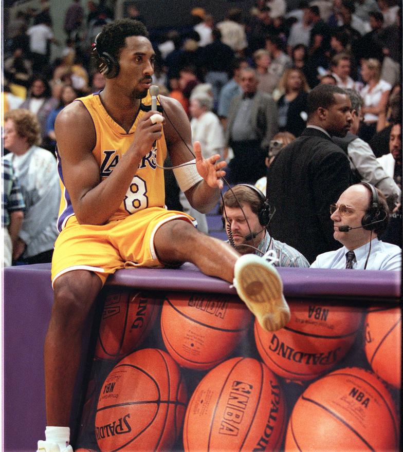 2000-ben lett először bajnok a Los Angeles Lakersszel, az Indiana Pacerst nyomták le 4-2-es összesítéssel. Bryantnek nem indult a legjobban a döntő, mert már a második meccsen megsérült, és csak a negyediken tudott visszatérni, ott viszont az ő hosszabbítás végén szerzett kosarával nyertek, és kerültek előnybe. A következő mérkőzésen a bajnoki cím is meglett: a Lakers tizenkét év után lett ismét bajnok, Phil Jackson pedig a Chicago Bulls után a Los Angeles Lakerst is bajnoki címig vezette.