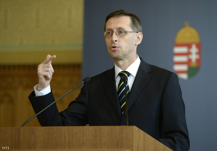 Varga Mihály nemzetgazdasági miniszter a kormányülés szünetében tartott rendkívüli sajtótájékoztatón az Országházban 2016. április 11-én.