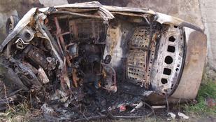Halálra égett autójában, miután frontálisan ütközött egy kamionnal
