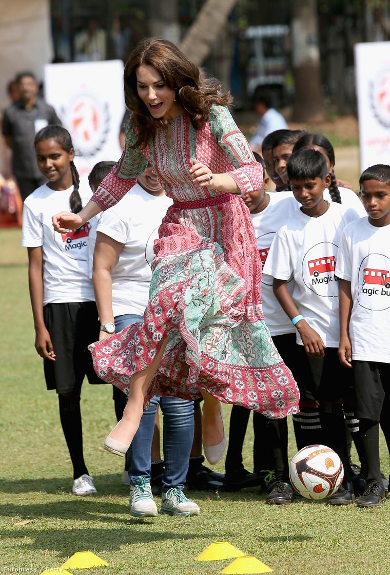 A hercegné itt gyerekekkel játszik